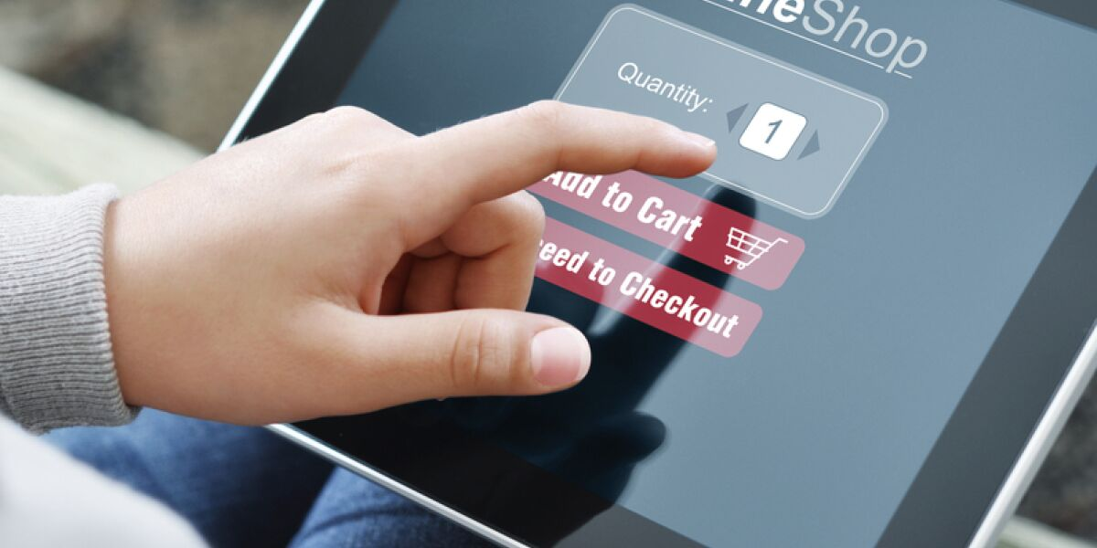 Online Shopper mit Tablet User Experience