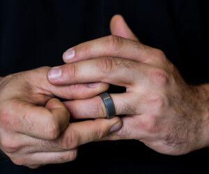 Männerhand mit Ring am Finger