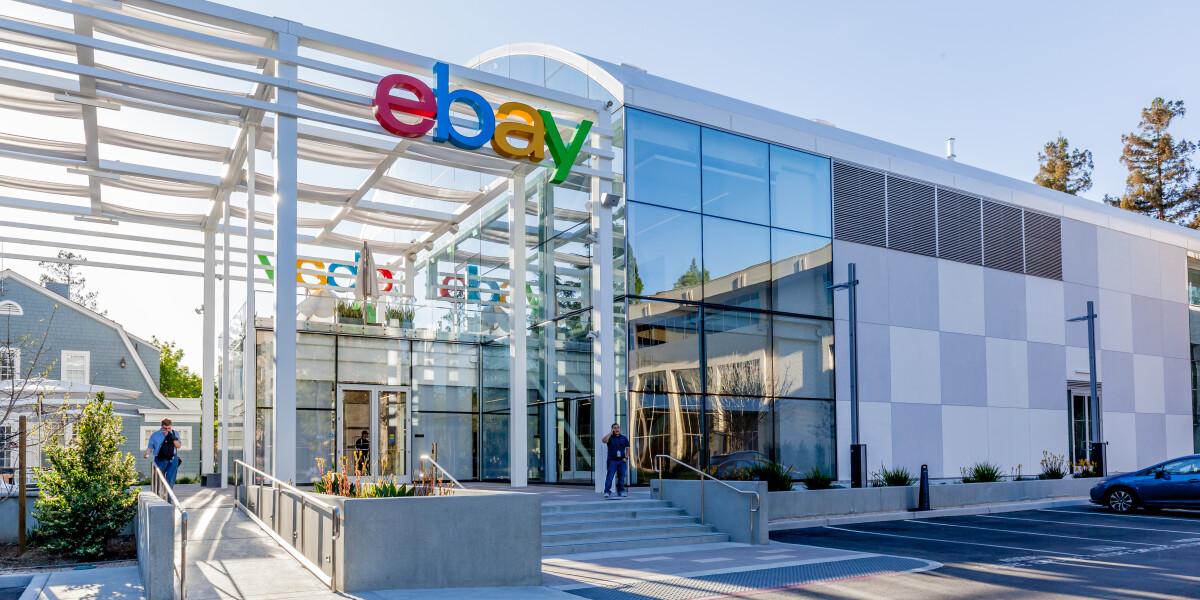 eBay Logo an Hausfassade