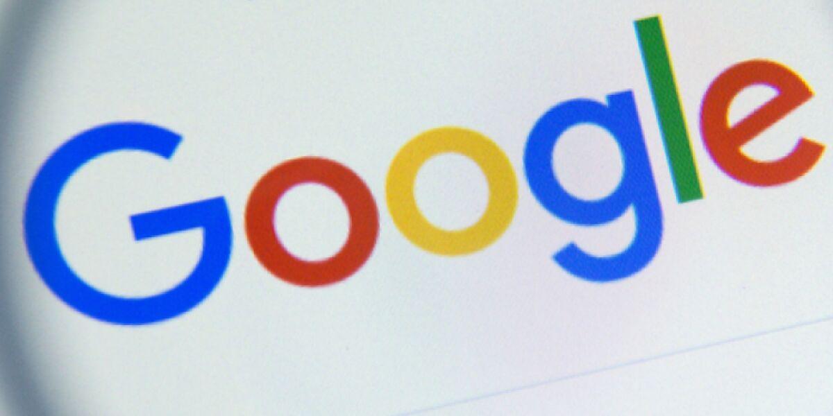 Google-Logo unter Lupe