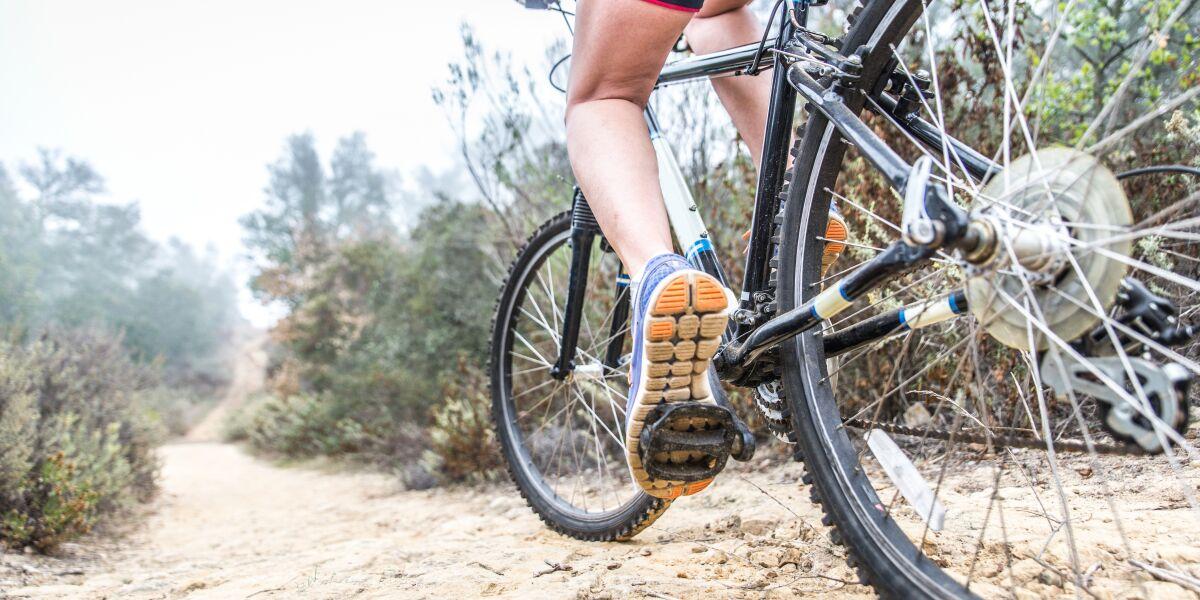 Fahrradfahrer fährt durch eine Landschaft