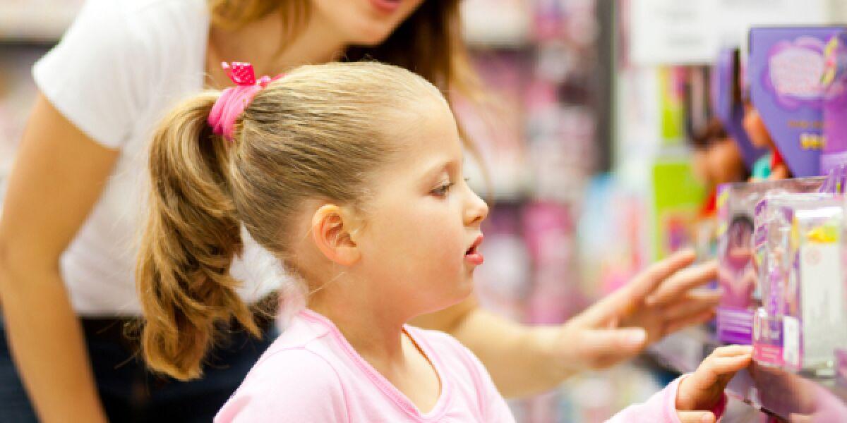 Mädchen sucht sich eine Puppe aus
