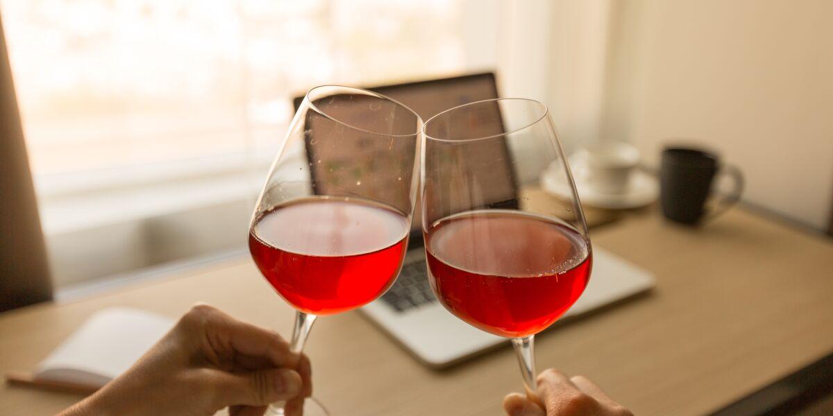 Zwei Weingläser vor einem Laptop