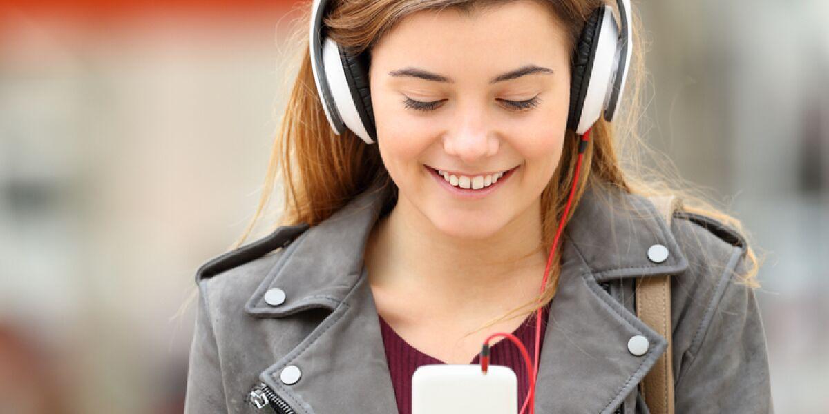 Frau trägt Kopfhörer