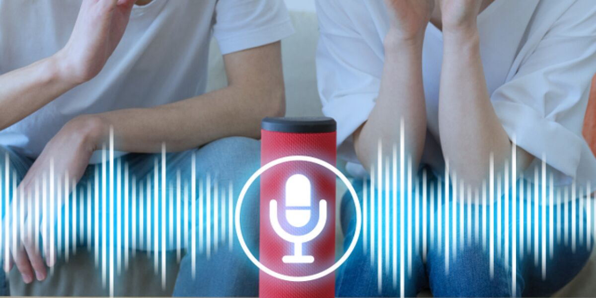 Menschen sprechen mit smartem Speaker