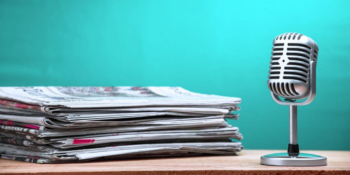 Mikrfon und Zeitungen auf dem Tisch