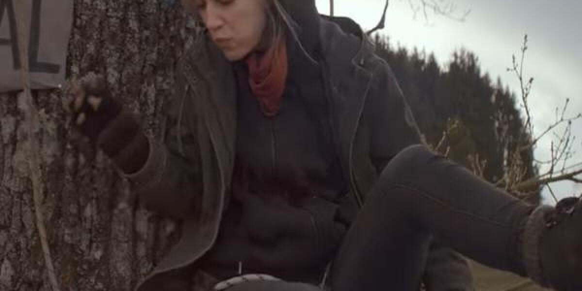Frau sitzt auch Baum