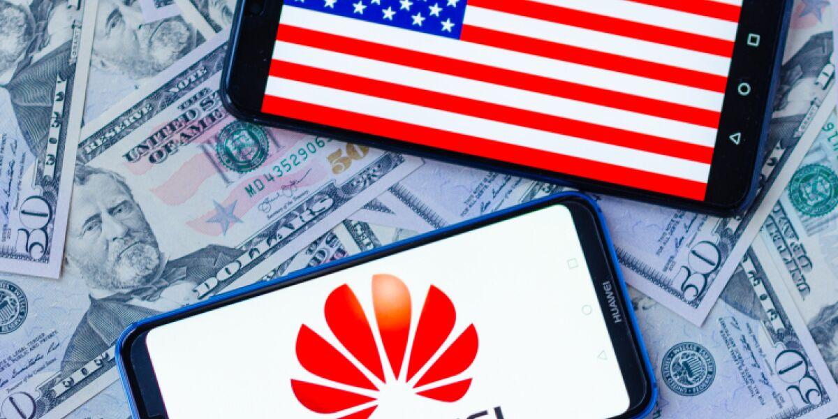 US-Flagge und Huawei-Logo auf Smartphone-Screen