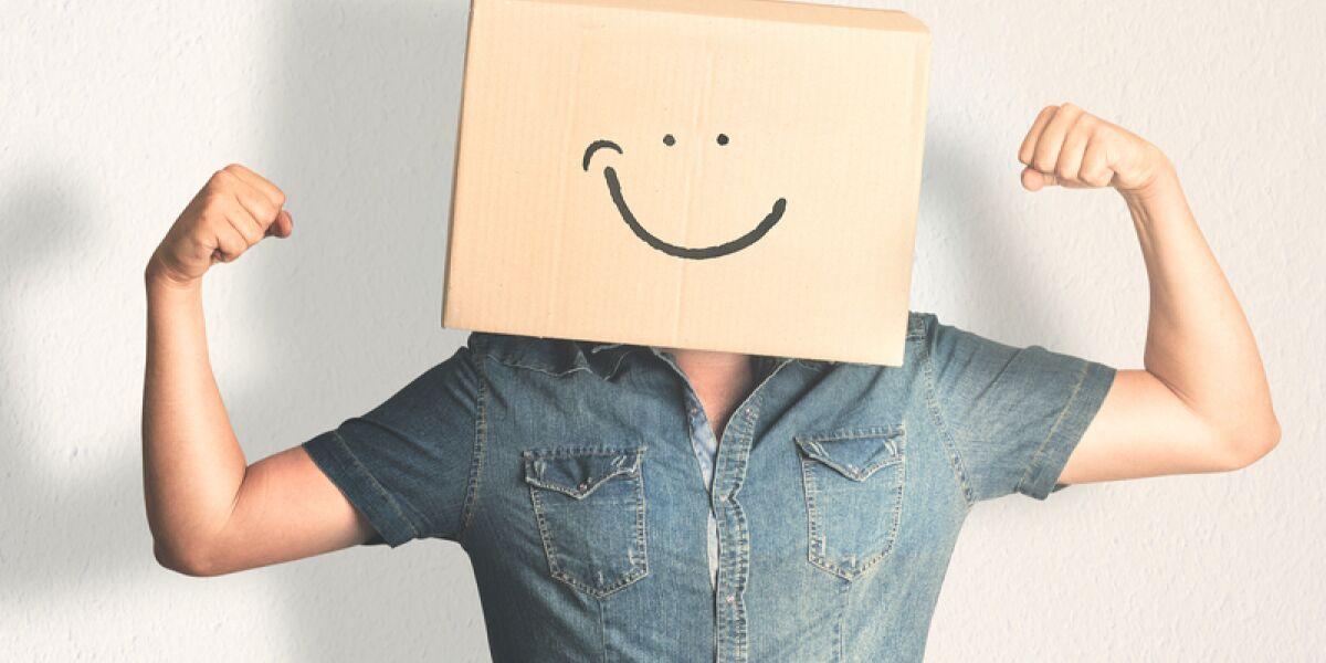 Mann mit Amazon-Paket auf dem Kopf