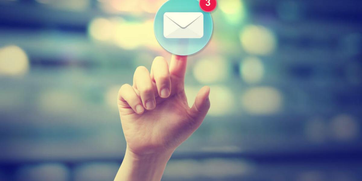 Finger tippt auf Briefumschlag-Symbol