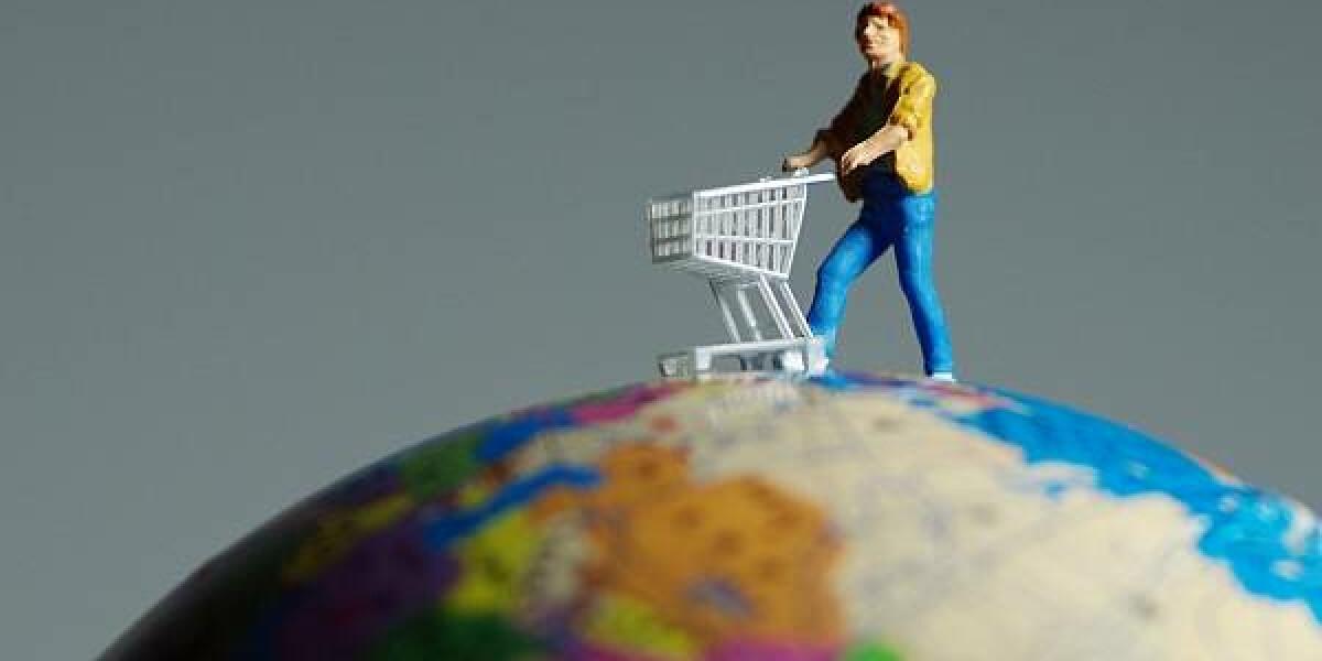 Shopper auf Weltkugel