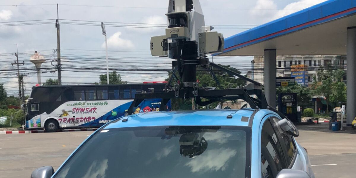 Auto mit Kamera und Sensoren auf dem Dach