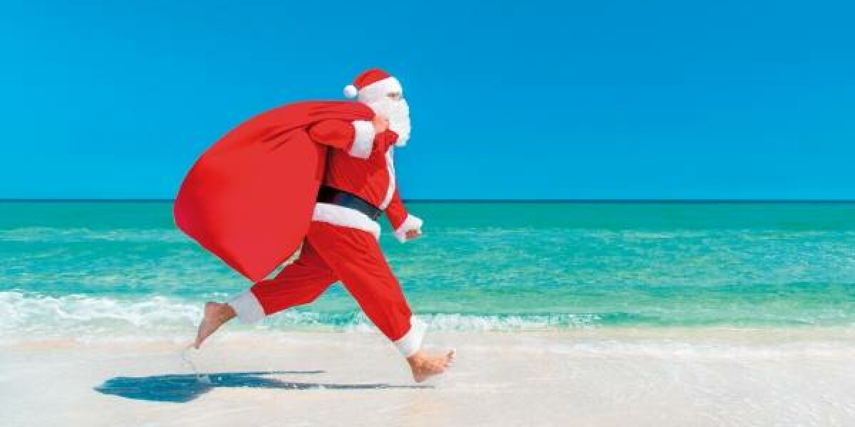 Weihnachtsmann am Strand