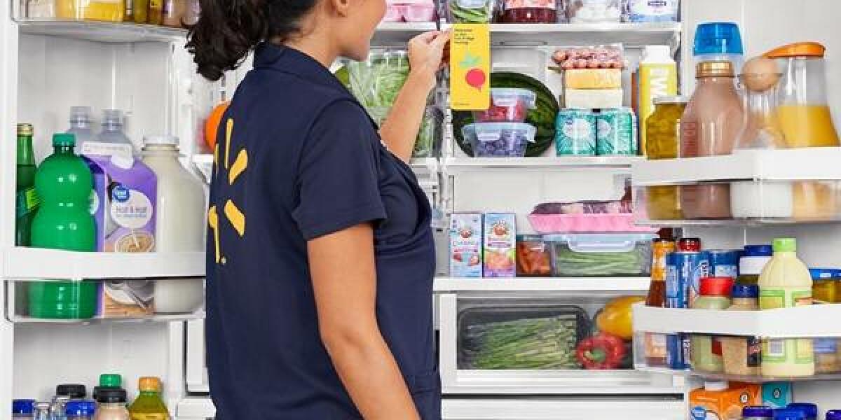 Frau steht vor einem vollen Kühlschrank