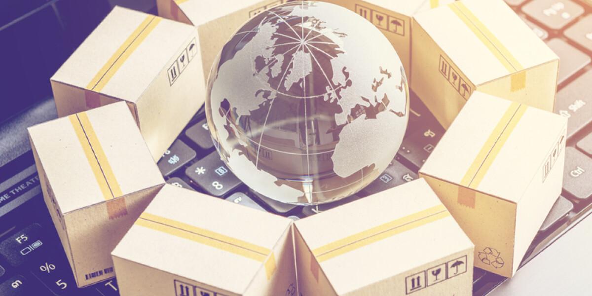 Weltkugel zwischen Paketen