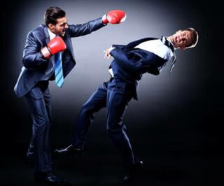 Zwei Männer im Anzug boxen