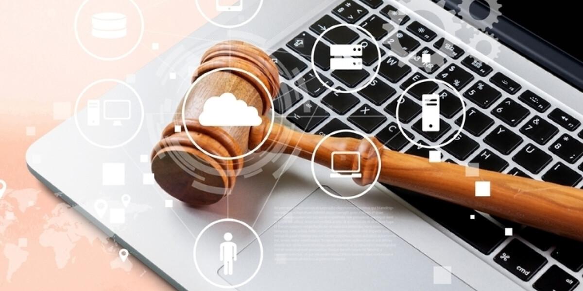 Richterhammer auf einem Laptop