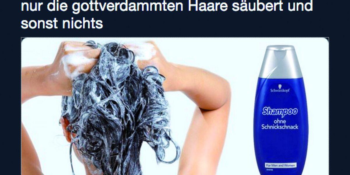 Frau schäumt sich die Haare ein