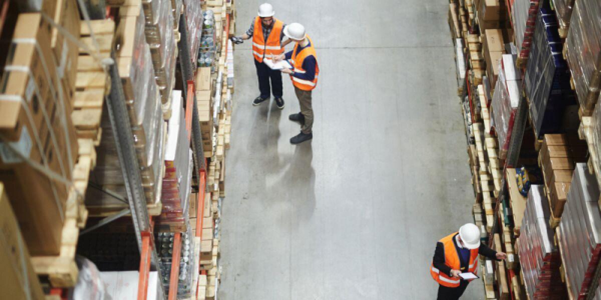 Männer in einem Logistikzentrum