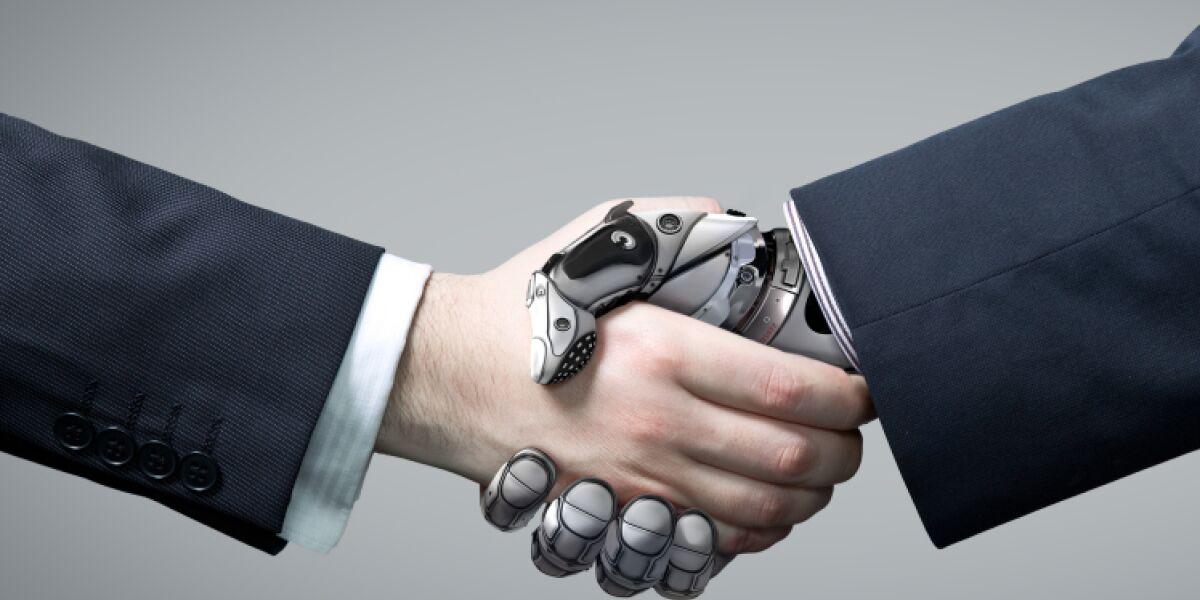 Mensch und Roboter schütteln die Hände