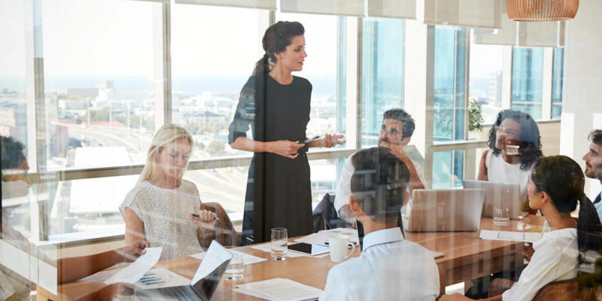 Frau redet vor Mitarbeitern
