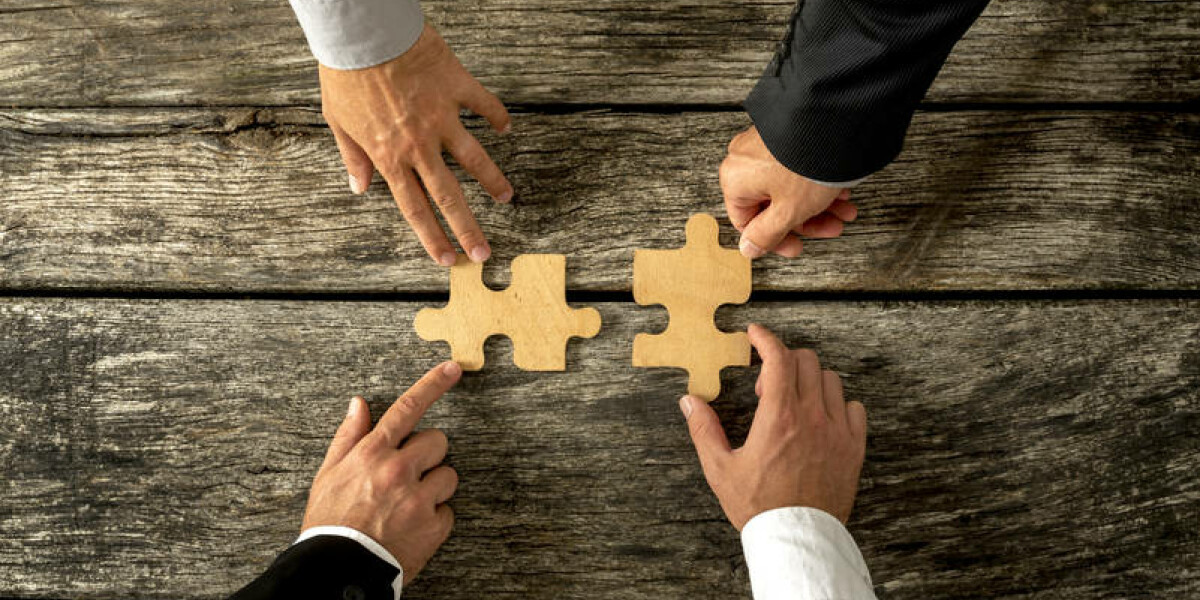 Puzzleteile und vier Hände