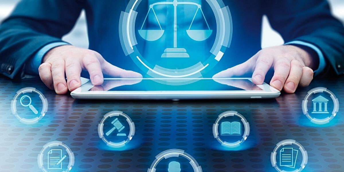 Mann mit Tablet und Recht-Symbolen