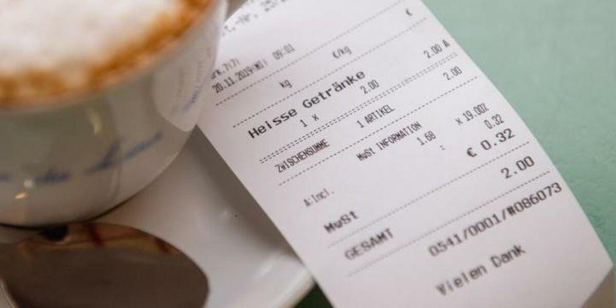 Kaffeetasse und ein Kassenbon