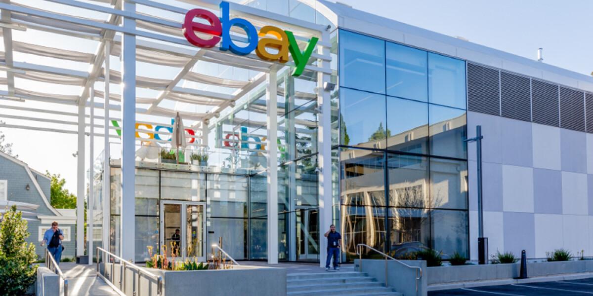 eBay Logo am Gebäude