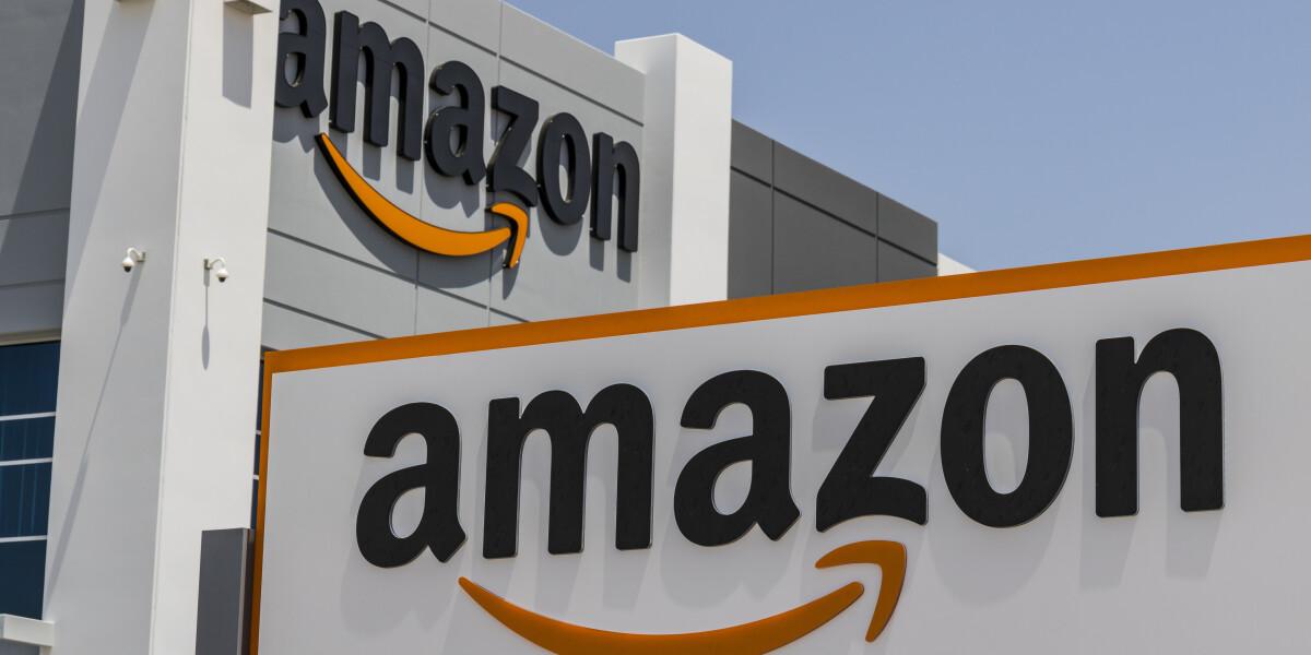 Amazon Logo an einem Gebäude