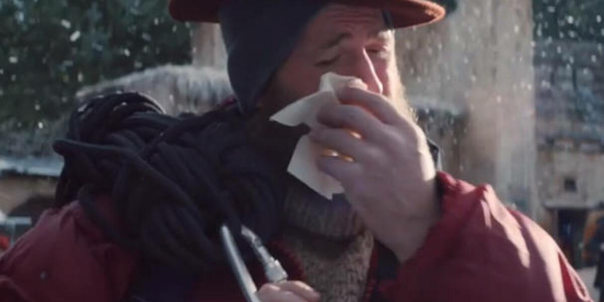 Mann wischt Tränen mit Tempo weg