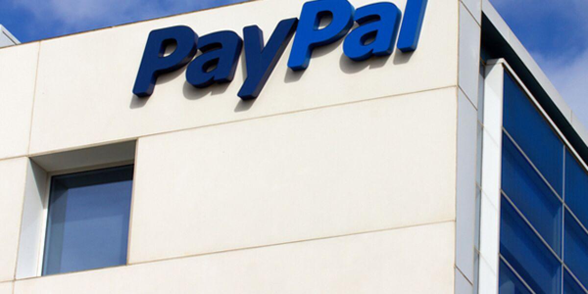 PayPal Logo an einem Gebäude