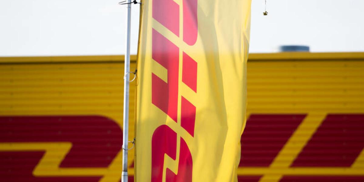 DHL Log auf einer Fahne