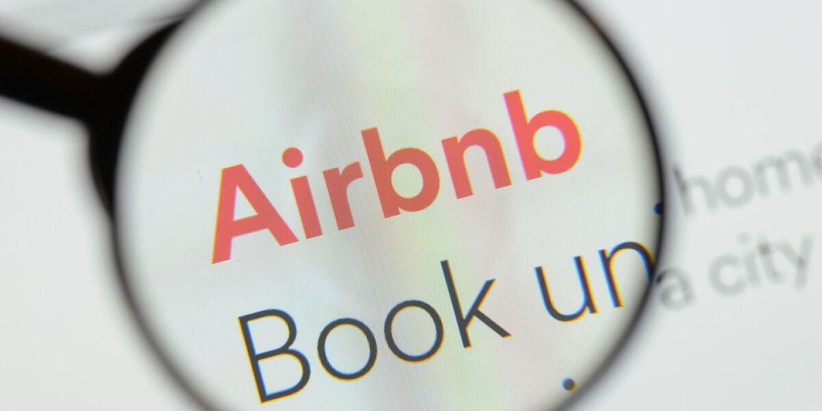 Logo von Airbnb durch eine Lupe
