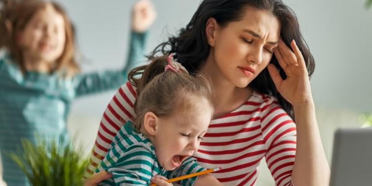 Junge Frau mit Kindern im Home Office