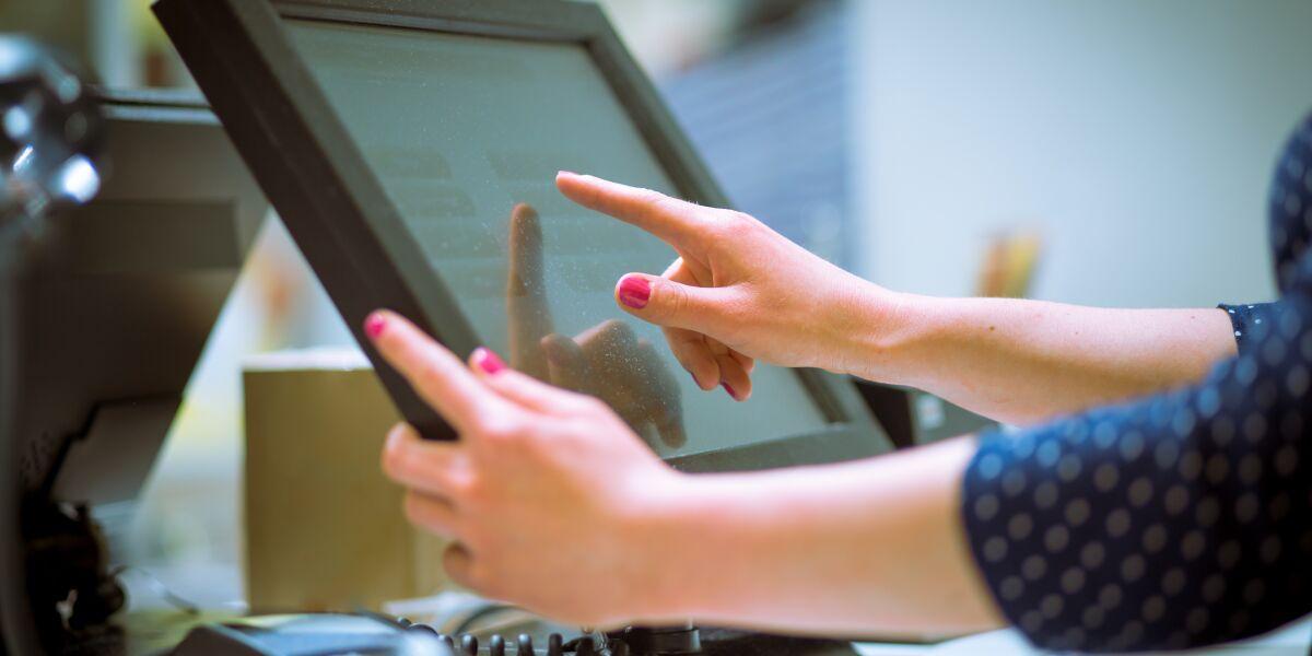 Hand tipps auf Display