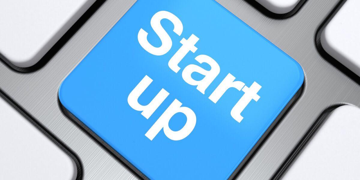 Start-up steht auf einer Tastatur