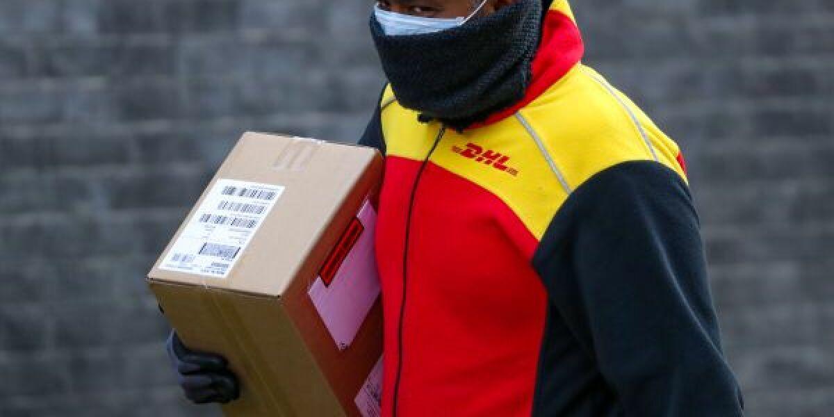 DHL-Bote mit Corona-Maske