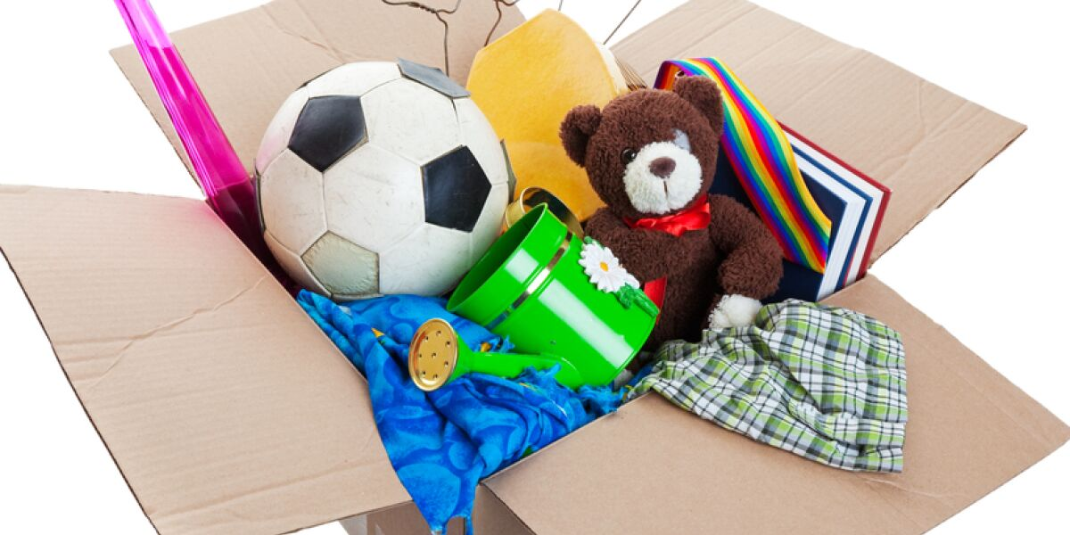 Kiste mit Fußball, Tedi und Co.