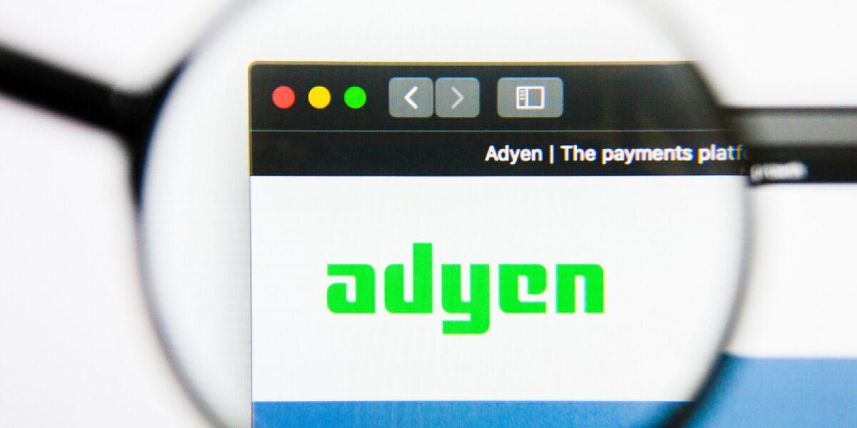 Adyen Logo durch eine Lupe