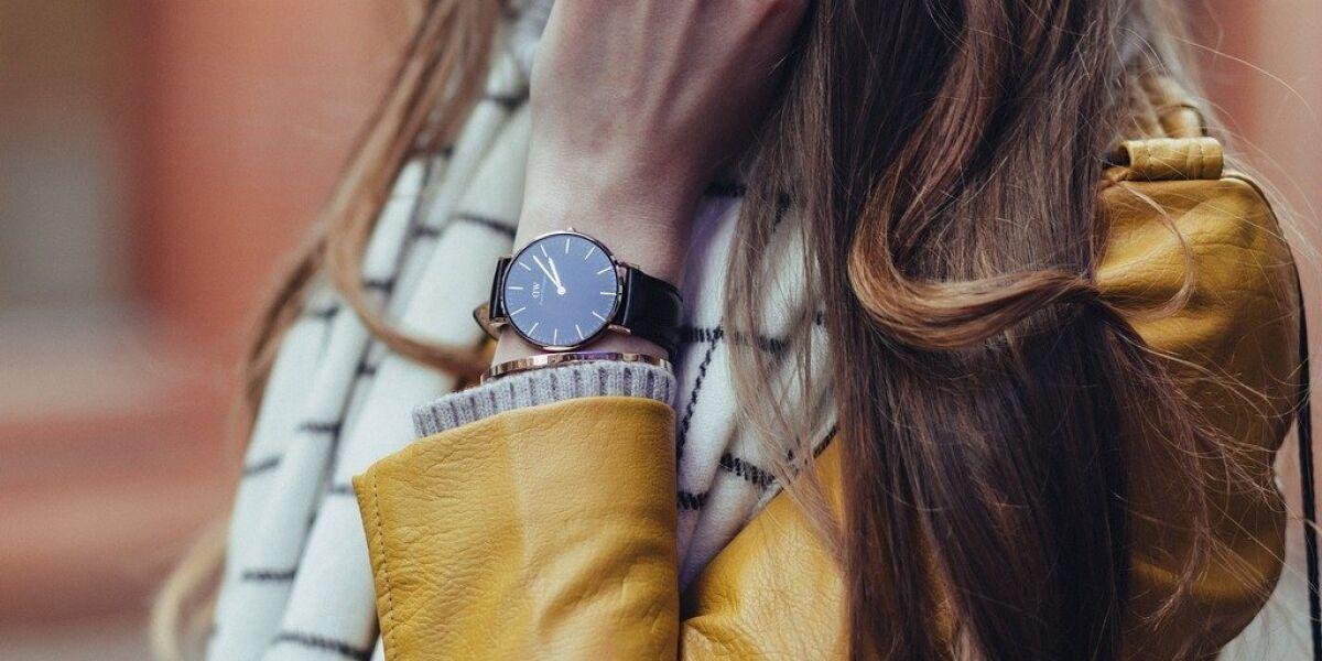 Frau mit einer Uhr am Handgelenk
