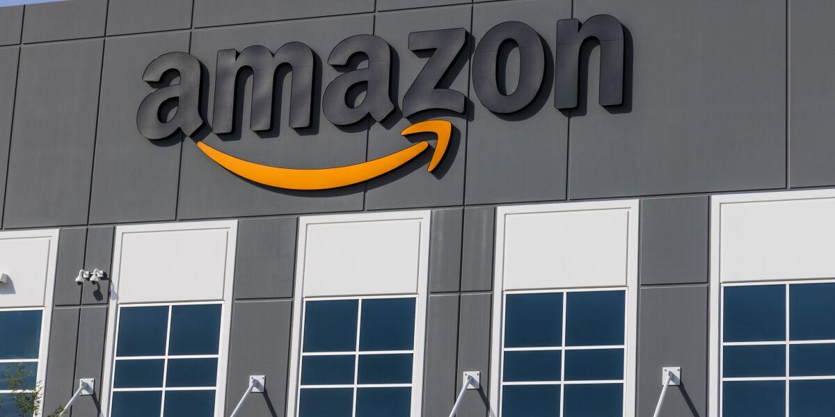 Amazon Logo an einem Haus