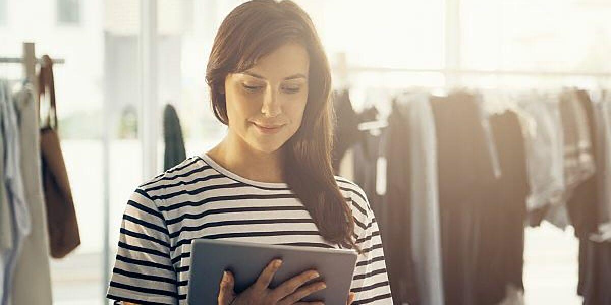 Junge Frau mit Tablet im Shop