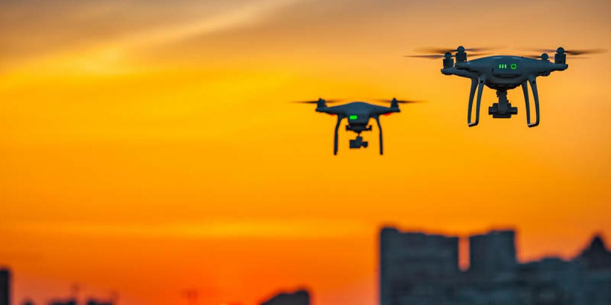 Drohne am Abendhimmel