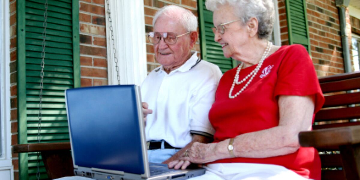 Ältere User geben Onlinshops bessere Noten (Foto: istock/laartist)
