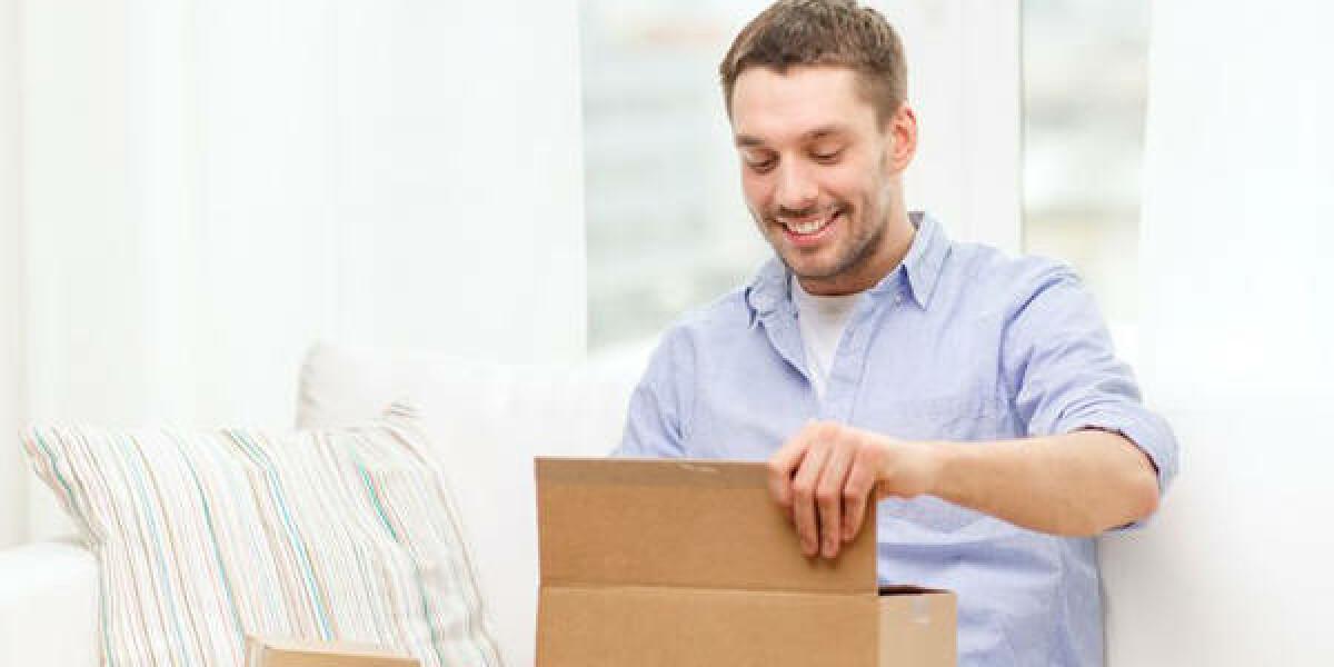 Mann freut sich über Paket
