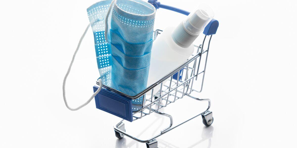 Schutzmaske im Einkaufswagen