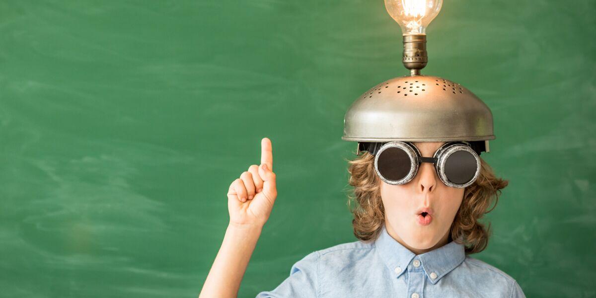 Kind mit Glühbirne auf dem Kopf