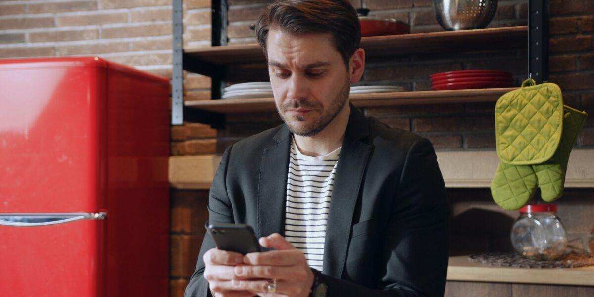 Mann nutzt Smartphone-App