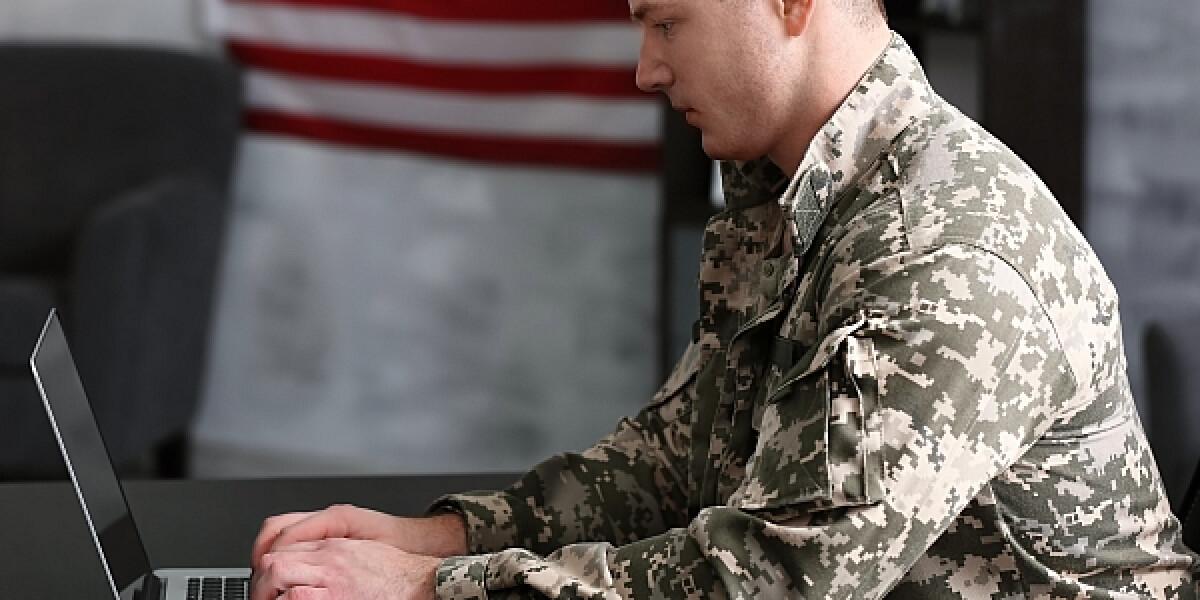 US-Soldat am Computer